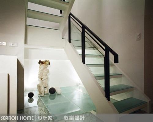 通往二楼的楼梯则以铸锌铁为结构