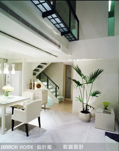 并适度的以染白木皮,清玻璃及木地板来营造轻松的