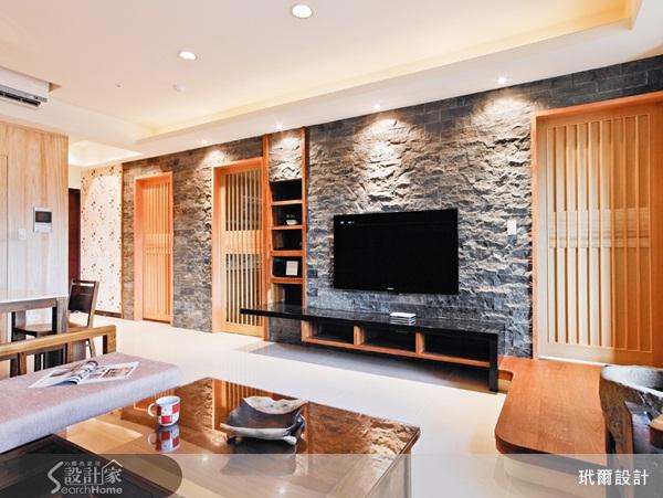 屋主的期望:在退休後可以有一個清幽的居住環境,美景環繞之外,還能夠充分地讓身心靈獲得釋放,樂享晚年。  電視牆及壁面採用統一的漳浦黑石片,宛如一道林間的岩壁,立面及深淺不一的質地更顯真實;梧桐風化木材從沙發背牆延續到餐廳旁的客浴外牆,營造被大自然環抱的安心感。 許多人在裝修之前多半都會到處蒐集、研究各家設計公司的相關資料,拿來比較一番;但本案屋主卻是在一次到友人家參觀時,發現屋內的裝潢和風格正是他所喜愛的,便在友人的介紹下,找來玳爾室內設計總監朱志峰為他們實現這人生的晚年夢想。 有別於一般設計師的思維,朱