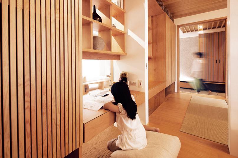 空間設計_元根建築工房 圖片提供_純美學、璞園建築團隊 應用 3 直紋紅檜木大門與木格柵門片的對應 雖然這是公寓房子,卻也有自己的內、外玄關,厚實的北美紅檜大門,以12公分的板寬做出簡樸的意象,與室內的花旗松木格柵拉門、懸浮的鞋櫃體,形成一疏一密、一實一虛的對應,衝突但和諧。
