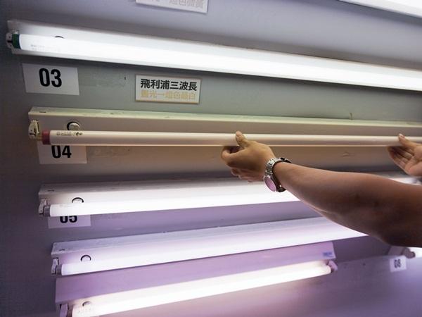 換日光燈管看似簡單,還是很多人都不會,甚至有時日光燈故障,一閃一閃的,其實只要將日光燈點燈器換掉就好,不需換燈管,但是有些人連點燈器是什麼都不知道!安裝吸頂燈也相當簡便,只要按照步驟執行,幾乎人人都可以完成。裝吸頂燈時,將燈座鎖上天花板之前,一定要記得將裸露的電線用絕緣膠帶完整包好,並將多餘長度的電線收好塞入天花板的安裝洞裡面。 省錢自己來 省下工資NT.