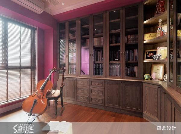 搭配一整面的深色落地木书柜,这样的书房空间让人会想静下心好好阅读.图片