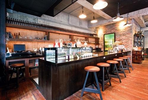 木桌营造略带工业风格的咖啡厅场景;而由吧