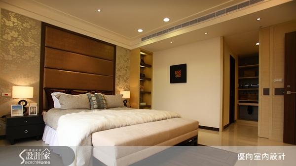 特别设计的床头背墙与印花壁纸