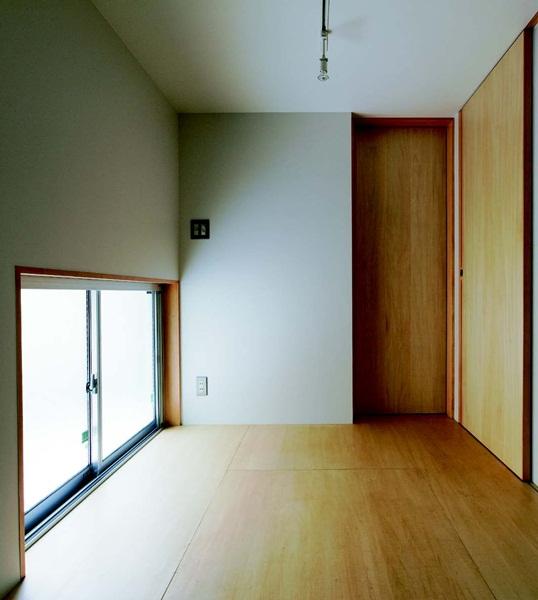 在质感极佳的木地板铺床