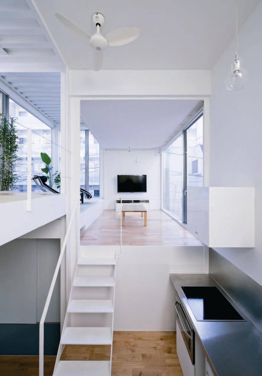 Designer 浦愼建築設計室 約 9 坪東京. 2LDK .單身 本案是位於東京都心的狹小建地,地處難以施工的坡道高處,和前方道路間的高度差達 5 公尺,必須拆除部份石牆才能做成出入口。除了面對道路的南側以外,三邊皆緊鄰其他住家, 15 坪的土地,只能蓋成 9 坪的超小住宅。 家族成員除了委託人外,雙親和妹妹夫妻也經常來訪,因此必須設計成足以讓 5 人使用的住宅。設計師以交疊 9 個立方體「箱子」的概念,構成許多 L 型的結構,在空間中營造連續感和光影變化,利用視覺上的錯位處理,讓每個人在保有獨立私