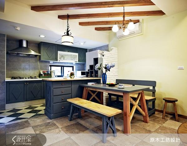 鄉村風的空間設計,一直是許多人的最愛,而在鄉村風的設計之中廚房最能凸顯鄉村風空間的異國情調。擁有多年豐富設計經驗,擅長鄉村風設計的原木工坊李佳鈺設計師,對於打造手感異國風鄉村風廚房,有其獨到的設計,透過不同的色彩搭配,以及巧妙的手工藝術拼貼,讓每個廚房展現與眾不同的個人特質。 換門片,就能讓廚具變成鄉村風 嶄新的現代廚具,如果為了呼應鄉村風而替換,太過浪費,也不環保,李佳鈺設計師將廚房的門片換成松木實木染白的門片,並且增設一個吧臺區,松木染綠的檯面與天花板木樑、壁面的鄉村風層架相互呼應,白色櫃身則與門片採