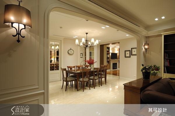 大坪數空間以開放式設計為主要原則,但各個空間的區塊分明且獨立,保有空間的機能性,也讓居住者的生活面向能更加拓寬。 小編帶你看好宅 屋主夫妻原本住在台北市區,在退休之後為了追求更好的生活品質,以及能與兩個兒子和孫子同住,因此買下了這間位於天母的 82 坪豪宅。由於屋主對於美式空間典雅與休閒感兼具的風格相當傾心,因此委託其可設計負責新家的設計。 考量到三代同堂的家需要有不同的空間區隔,設計師不僅因應居住者的需求規劃空間,並採用法國可昂居進口活動家具搭配佈置,為居住者創造出可全家同樂但也能保有個人隱私的夢幻美