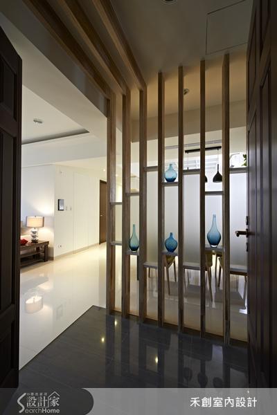 把实木贴上黑镜玻璃做成格栅式天花板