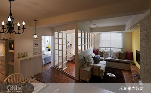 幾十年的舊公寓也能做出日本的木造玄關、18 坪小屋可以打造出英式鄉村風的溫馨住家!這些都要拜千變萬化的木設計所賜,木頭可以裁切、雕刻、鏤空、堆疊、上色、噴漆、貼鏡……,實木的穩重、木皮的靈活運用,在設計師周湧鈞的巧手下呈現出不同的風貌。禾創室內設計在木設計的空間運用上著重「留白」與「穿透」,因為適度的留白才不會造成壓迫感,而格柵式的穿透手法可以營造放大空間的舒緩效果,配合木頭本身的溫和感覺,帶給居住者貼近自然的放鬆。  打開老舊的公寓房子大門,一瞬間彷彿穿越時光隧道來到日本的百