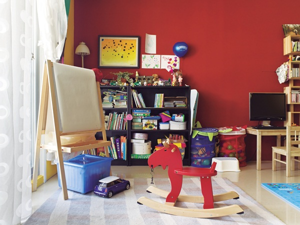 把游戏区设计在靠近阳台的客厅一角,充足的采光和儿童专用画架,靠墙图片