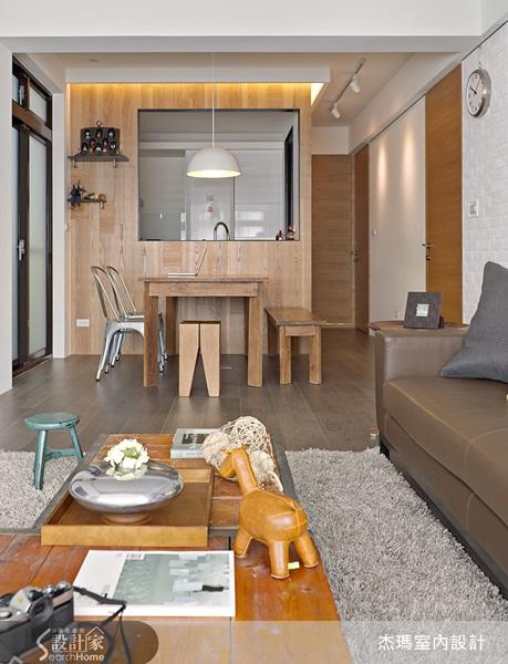开放式餐厅及客厅,使公共空间更显宽广,虽厨房以出菜橱窗设计,让视野图片