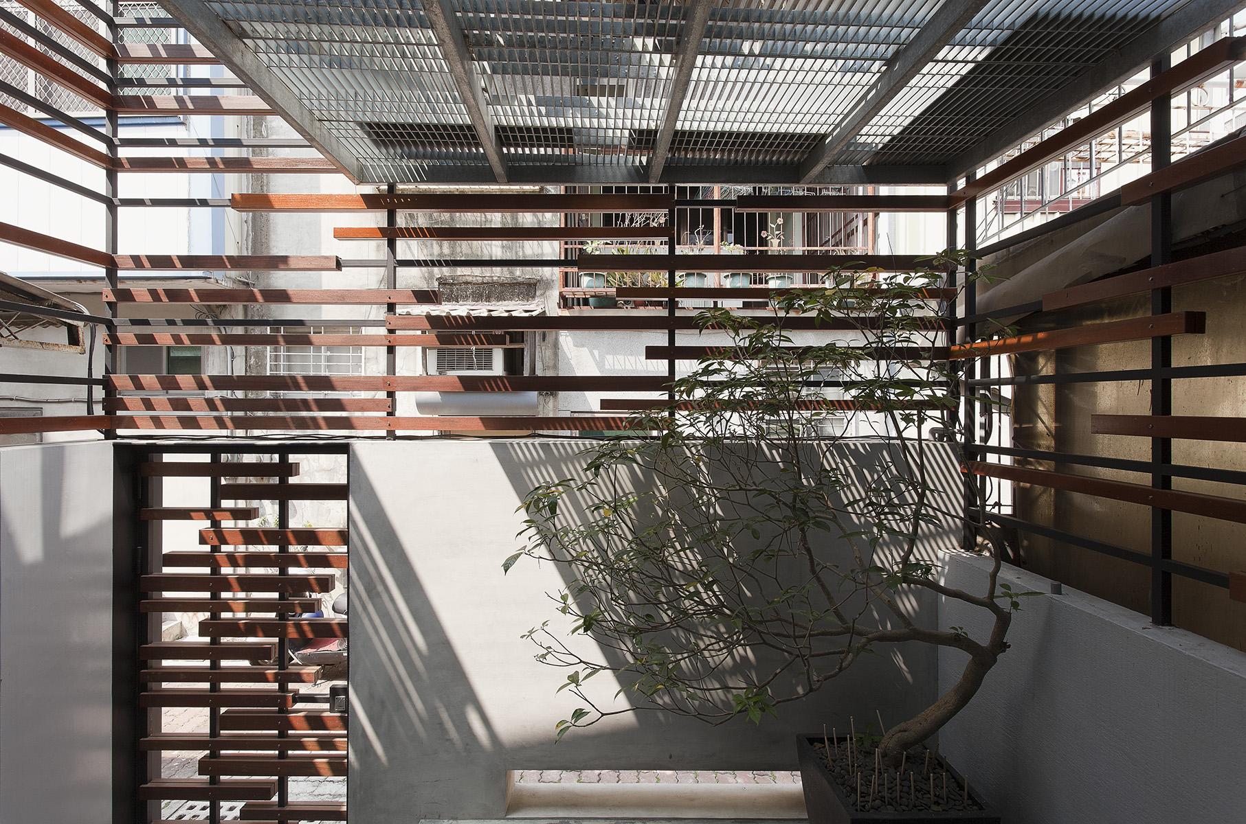 透过铁木实木格栅,以及前后采光面大面开窗