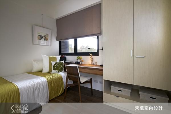 利用层板作为书桌之用,除了可善用墙面空间,更可眺望屋外远景,