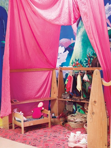 帐篷区,墙壁上有色彩缤纷的彩绘图案