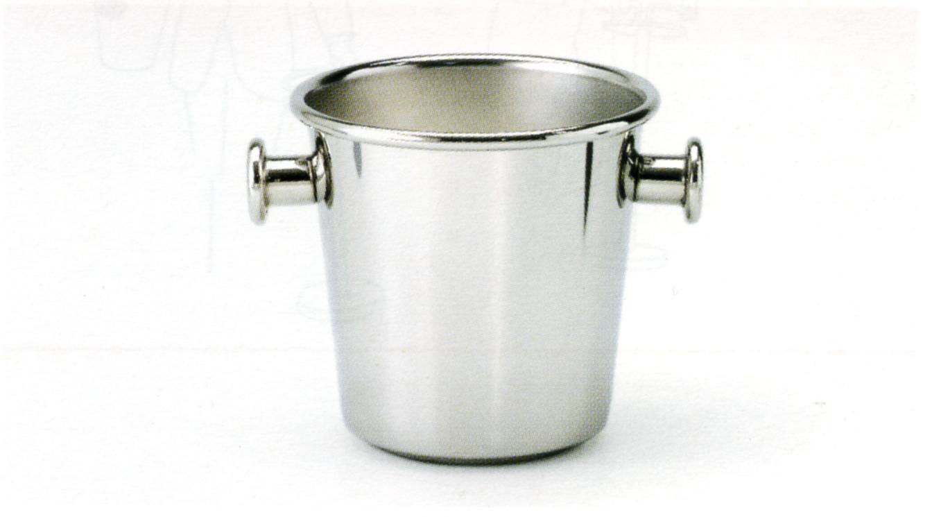 酩酒人士對於冰涼酒品與香檳的冰桶,總有既定的喜好與要求,冰桶桶身是由不同厚度的鋼板,以特製車床進行重複不斷的打薄及拉伸金屬,形成均勻的桶身邊緣和底座,這個加工結果強化了金屬板面而使得桶身更為堅固,也讓此冰桶的重量比其他同樣尺寸的冰桶更重些。冰桶邊緣外翻成大R角,讓握持更容易,把手是設計上的重點,以中空柱體焊接於桶身上,靠近端點處再以有顏色的蓋子加壓密封,這是相當複雜的細節處理,需要十道不同的加工過程,Ettore Sottsass的香檳酒冰桶,典型地結合設計與完美工藝技術。